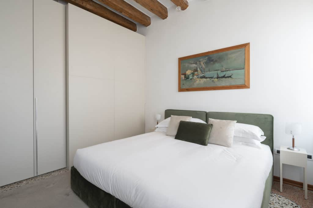 Left side of the luminous master bedroom - Casa Graziosa Apartment