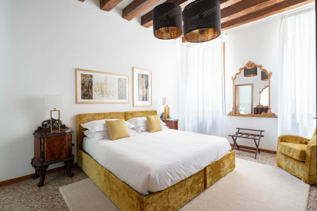 Large master bedroom with vintage furnishing - Casa Graziosa Apartment