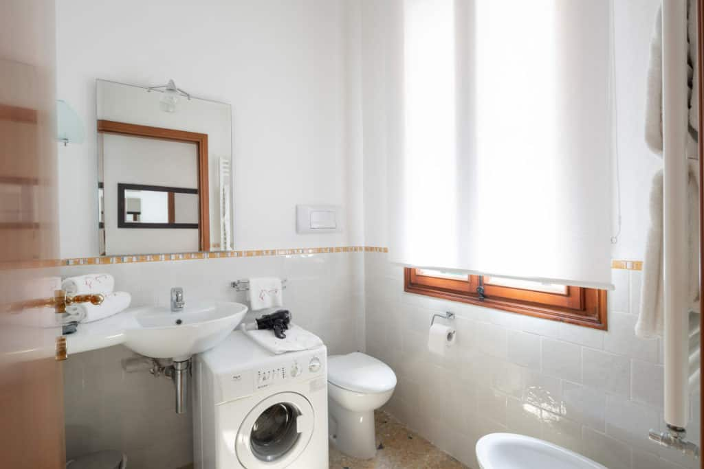 Luminous bathroom with washing machine - Casa Graziosa Apartment
