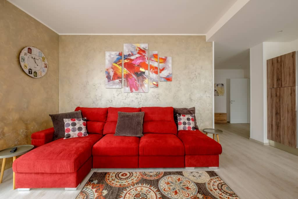 Large living room with red sofa - Casa Luminosa Apartment