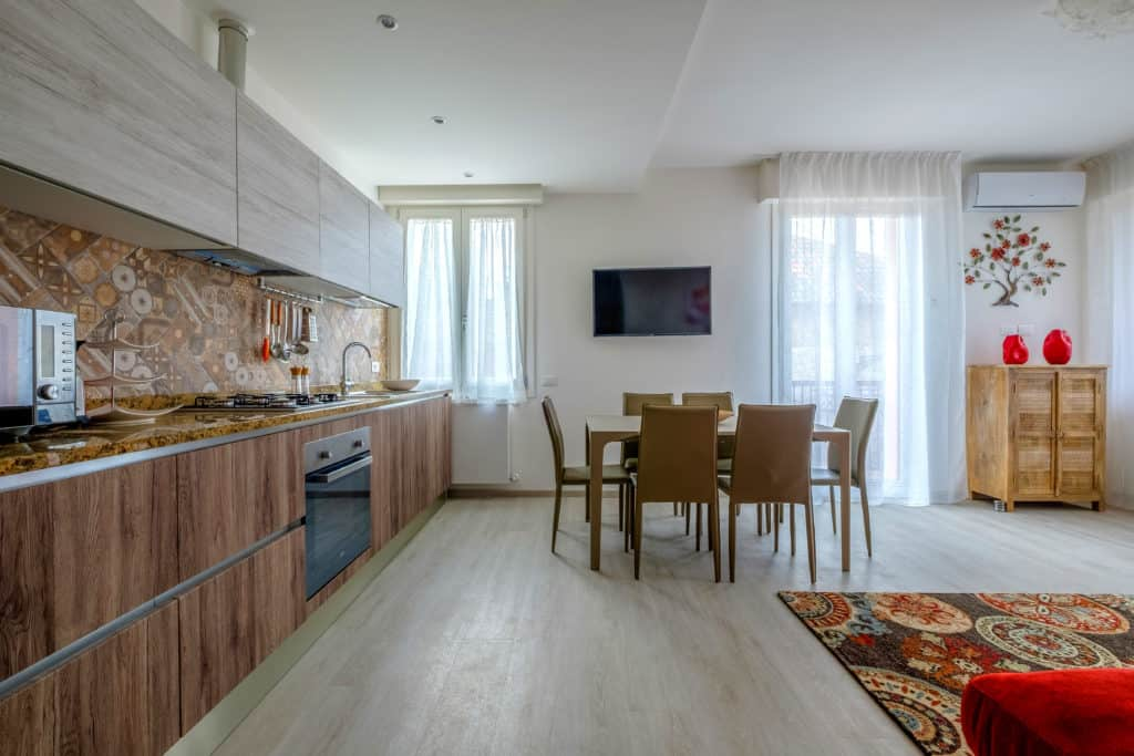 Large living area with kitchen and dining table - Casa Luminosa Apartment