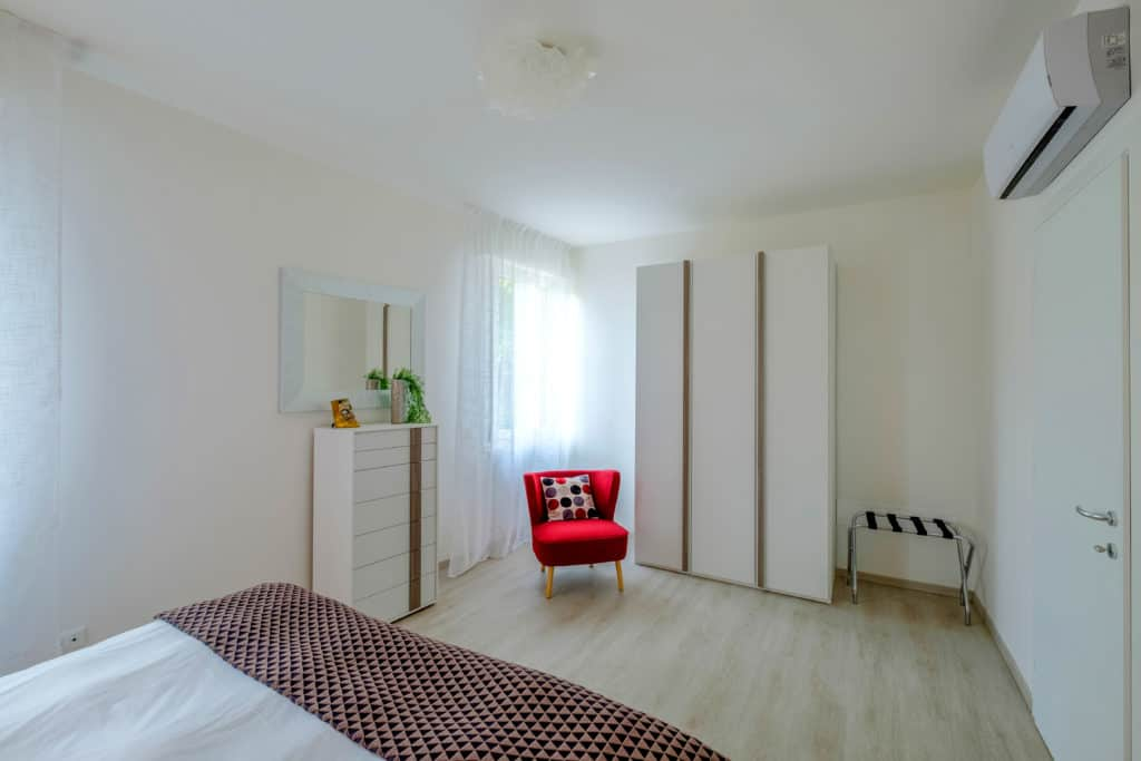 Entrance of the large master bedroom with modern furnishing - Casa Luminosa Apartment
