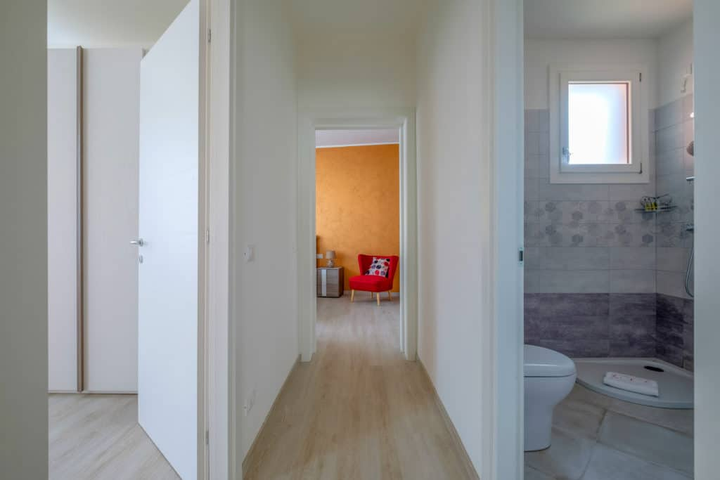 Hallway with bathroom entrance - Casa Luminosa Apartment