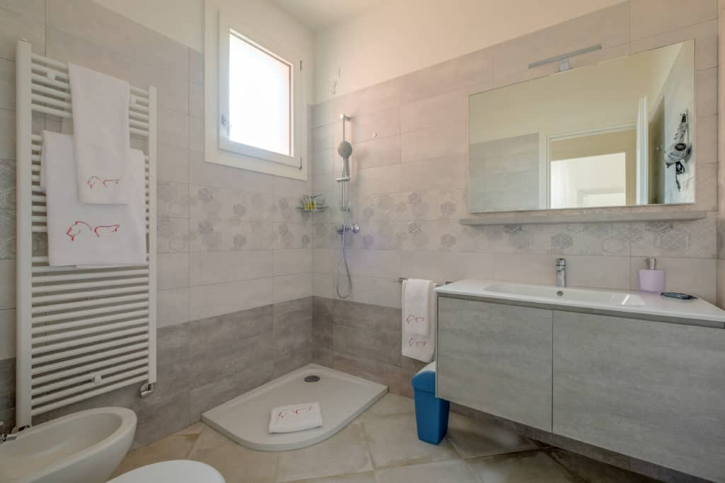Large bathroom with shower - Casa Luminosa Apartment
