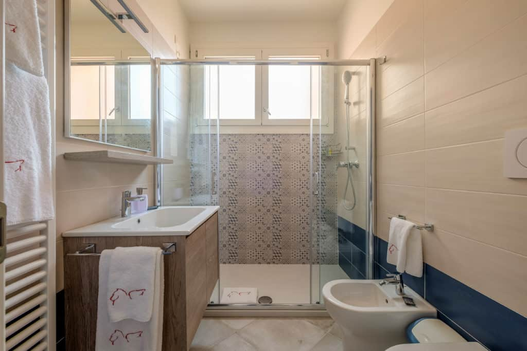 Small bathroom with large shower - Casa Luminosa Apartment