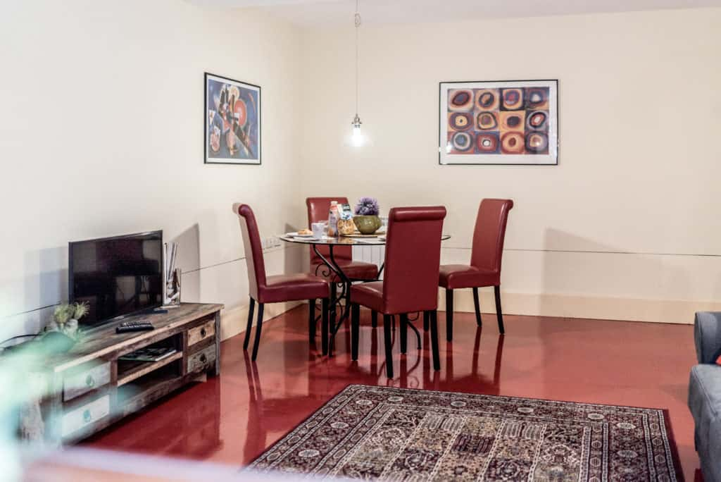 Right view of the dining room with round dining table - Kandinskij House Apartment