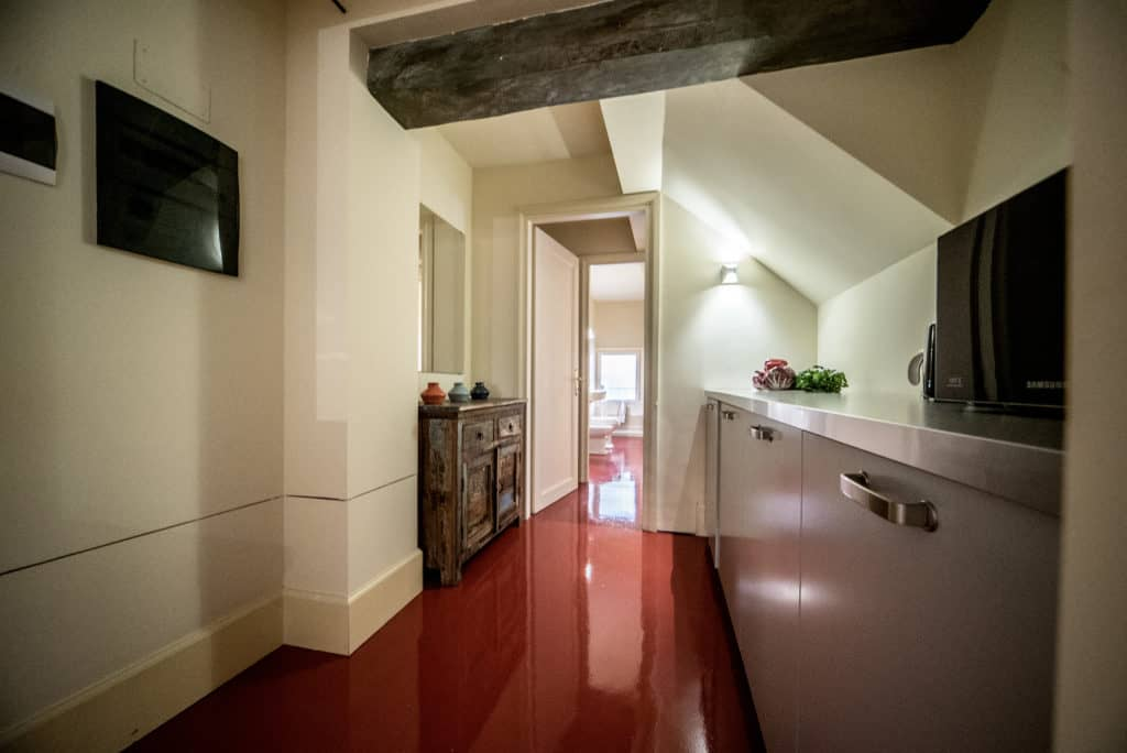 Left view of the small kitchen with modern furnishing - Kandinskij House Apartment