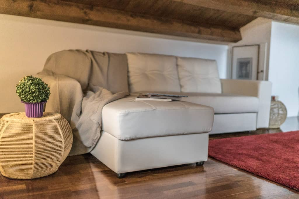 Attic with large sofa - Mansarda Magritte Apartment