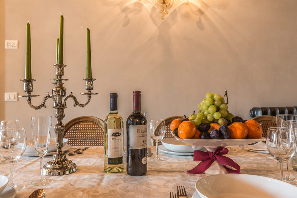 Decorations on the dinner table - Palazzina Canal Apartment