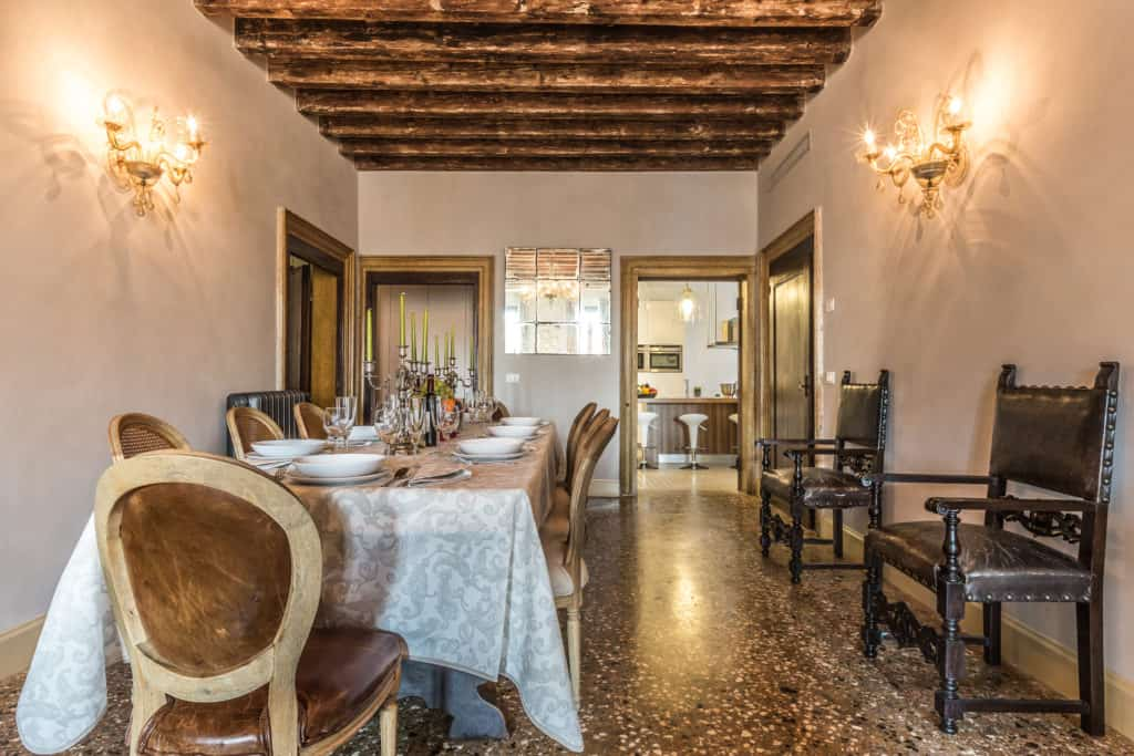 Dinner room with long table and antique Venetian furnishing - Palazzina Canal Apartment