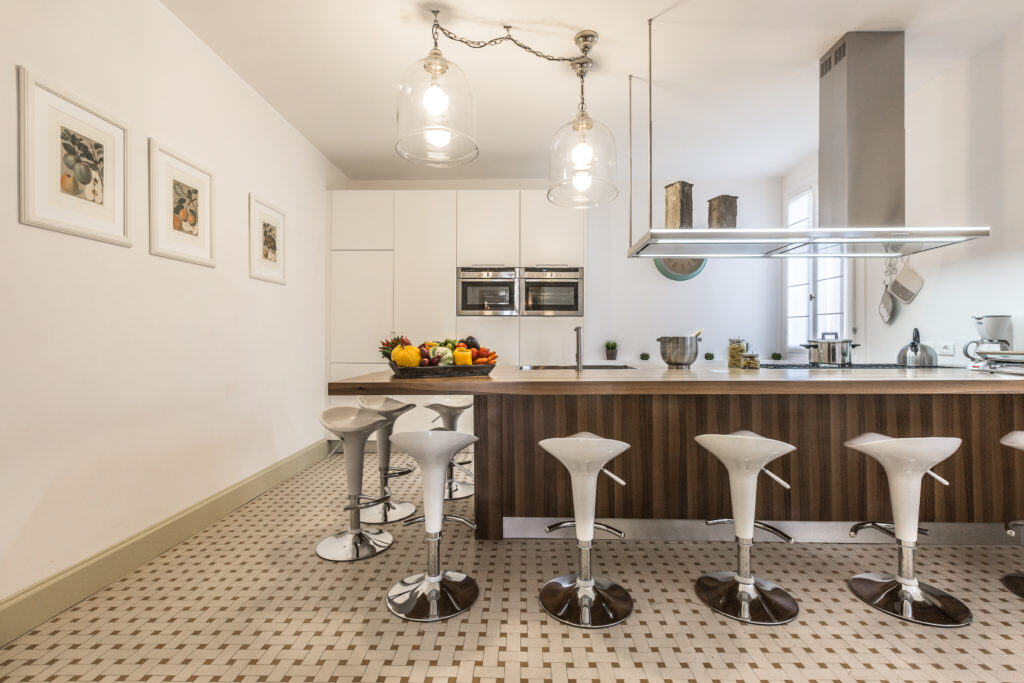 Large modern kitchen with bar stools  - Palazzina Canal Apartment