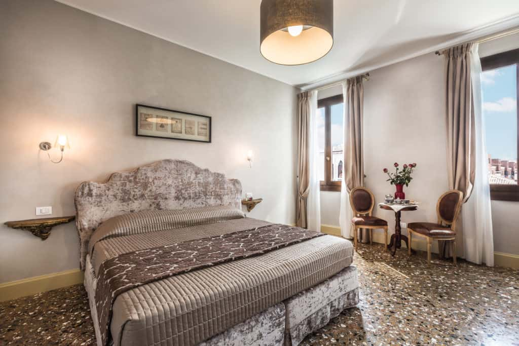 Right view of the large luminous double bedroom - Palazzina Canal Apartment
