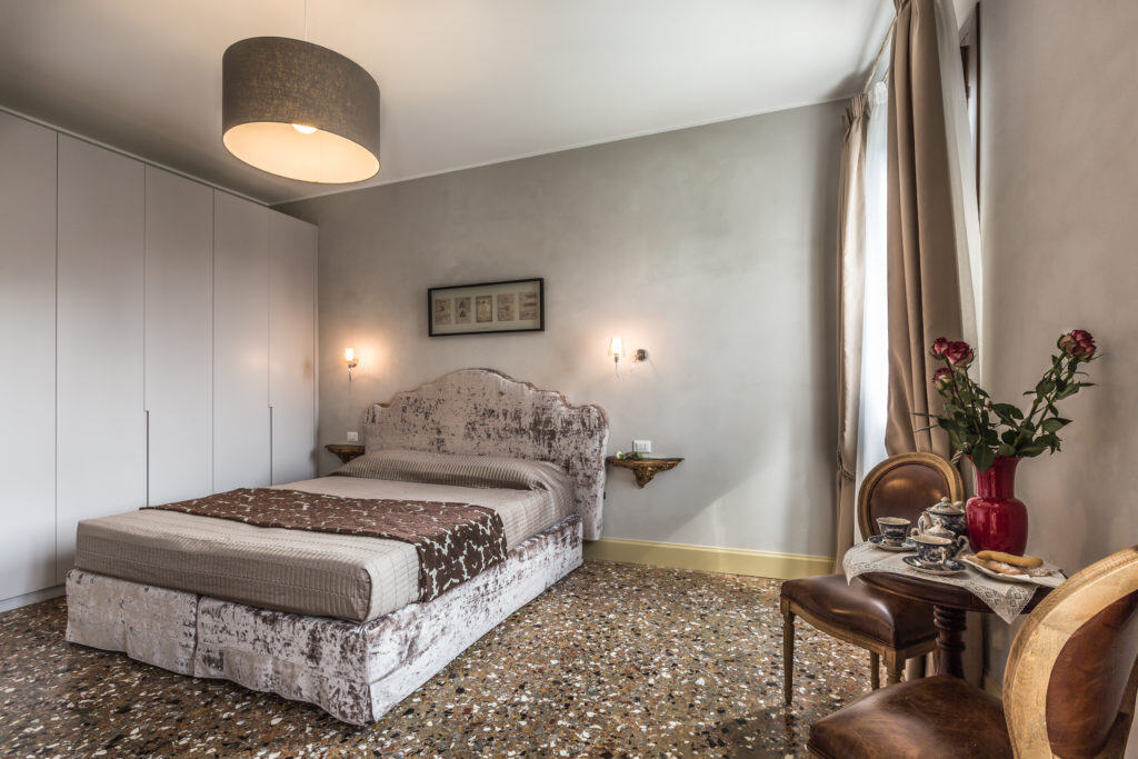 Left view of the large luminous double bedroom - Palazzina Canal Apartment