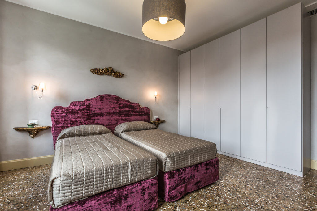 Luminous double bedroom with purple bed and large wardrobe - Palazzina Canal Apartment