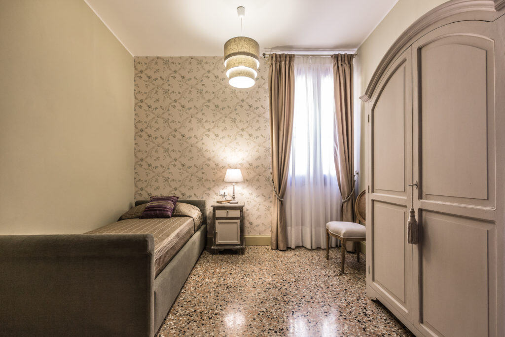 Small single bedroom with vintage furnishing - Palazzina Canal Apartment