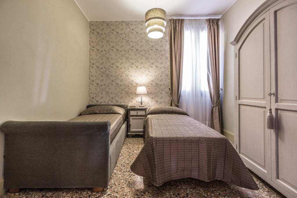 Double bedroom with vintage furnishing - Palazzina Canal Apartment