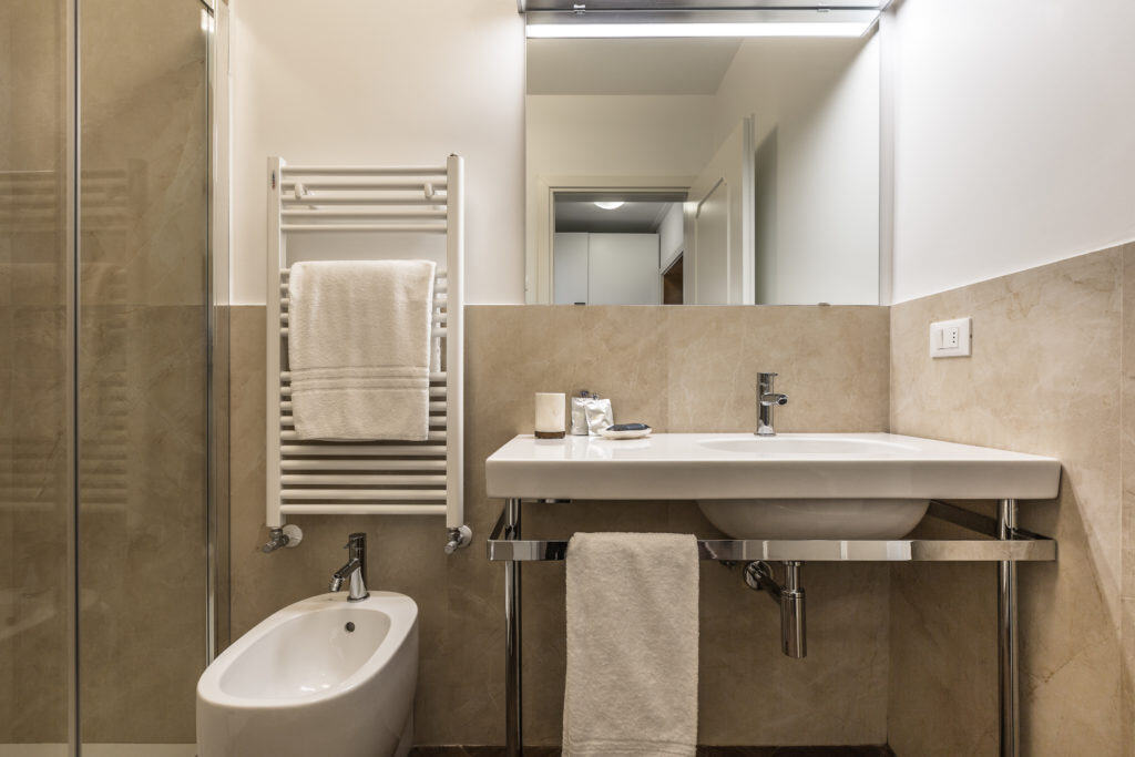 Small bathroom with modern furnishing - Palazzina Canal Apartment