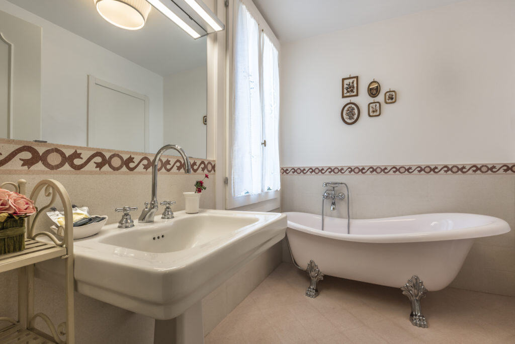 Large bathroom with vintage bath tube - Palazzina Canal Apartment