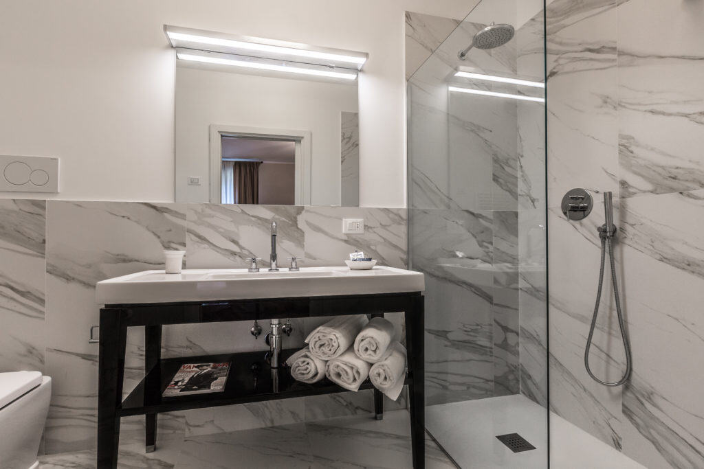Large bathroom with modern furnishing and large shower - Palazzina Canal Apartment