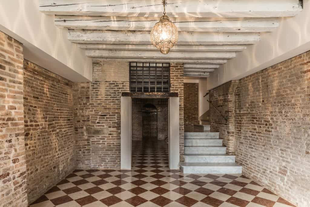 Luminous entrance room with stairs - Palazzina Canal Apartment