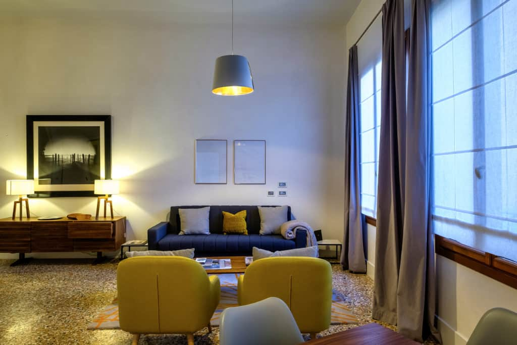 Large living room with modern furnishing - Palazzo Molin Guaranà Apartment