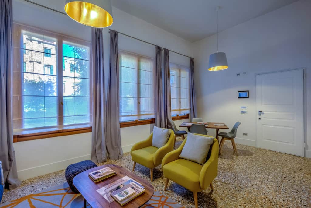 Large living area with dining table - Palazzo Molin Guaranà Apartment