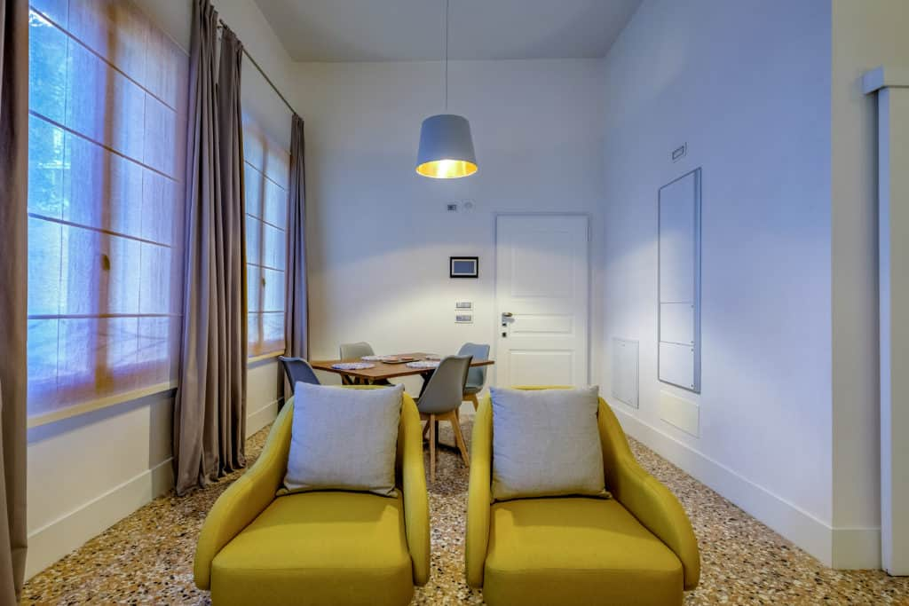 Entrance view of the luminous living room with modern furnishing - Palazzo Molin Guaranà Apartment