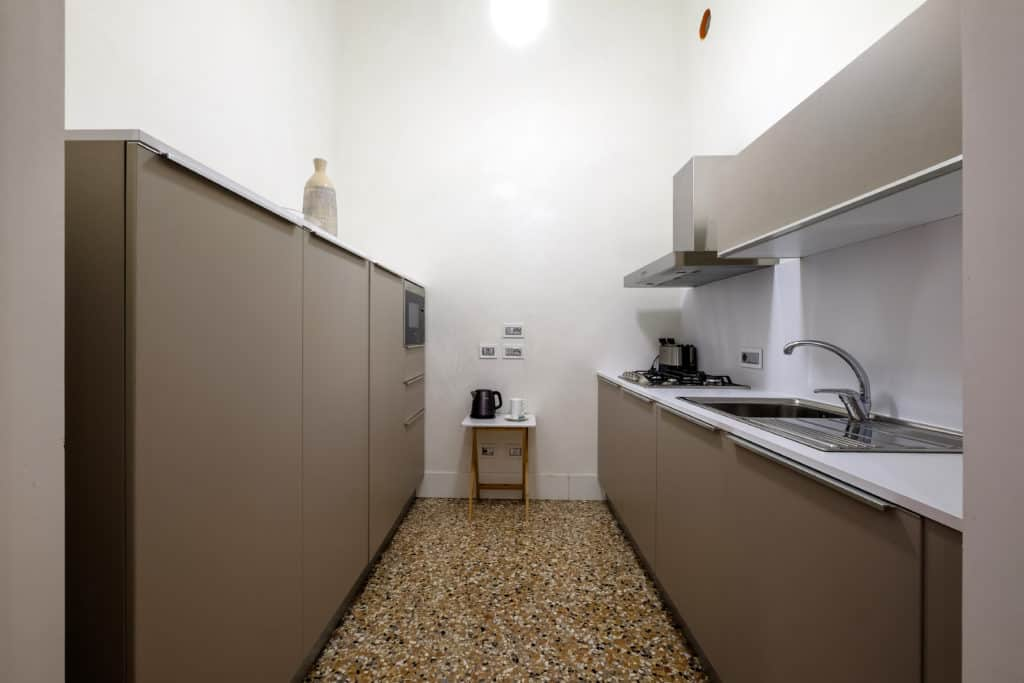 Large kitchen with modern furnishing - Palazzo Molin Guaranà Apartment