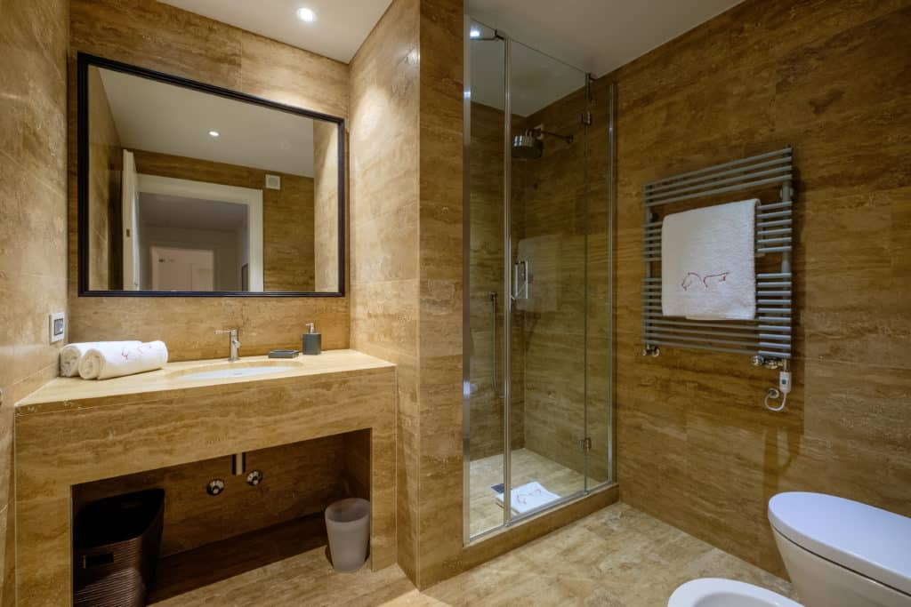 Large bathroom with shower - Palazzo Molin Guaranà Apartment