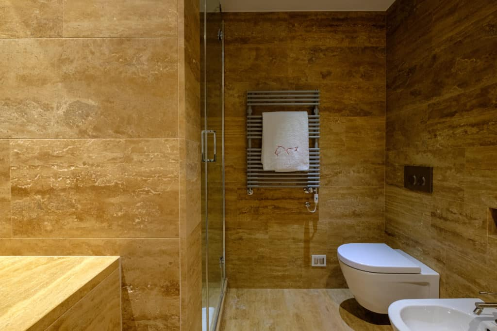 Right view of the large bathroom with shower - Palazzo Molin Guaranà Apartment