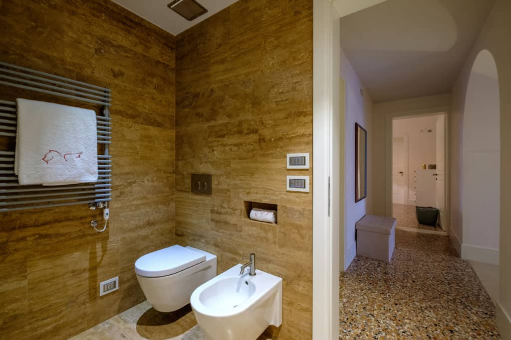 Left view of the large bathroom with shower - Palazzo Molin Guaranà Apartment