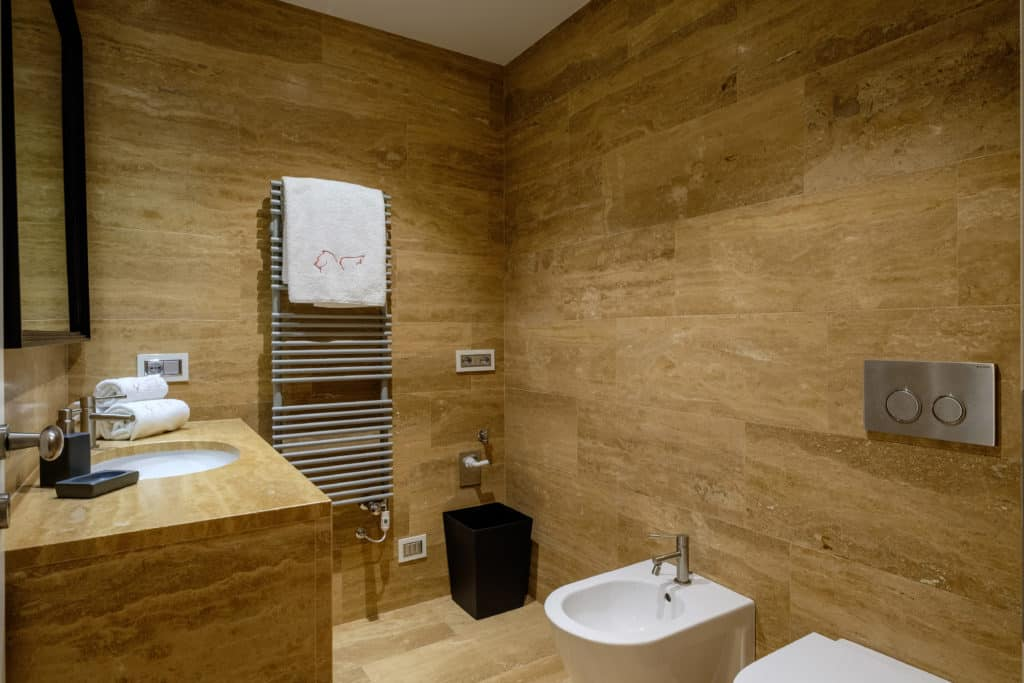 Left view of the small bathroom - Palazzo Molin Guaranà Apartment
