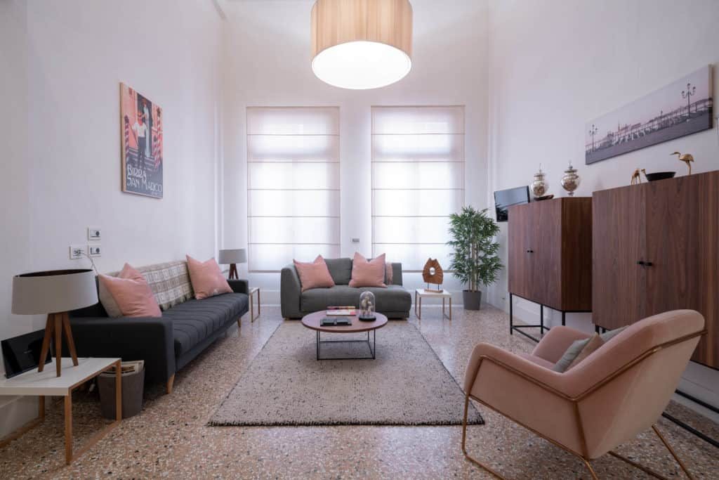Luminous living room with modern furnishing - Palazzo Molin Massari Apartment