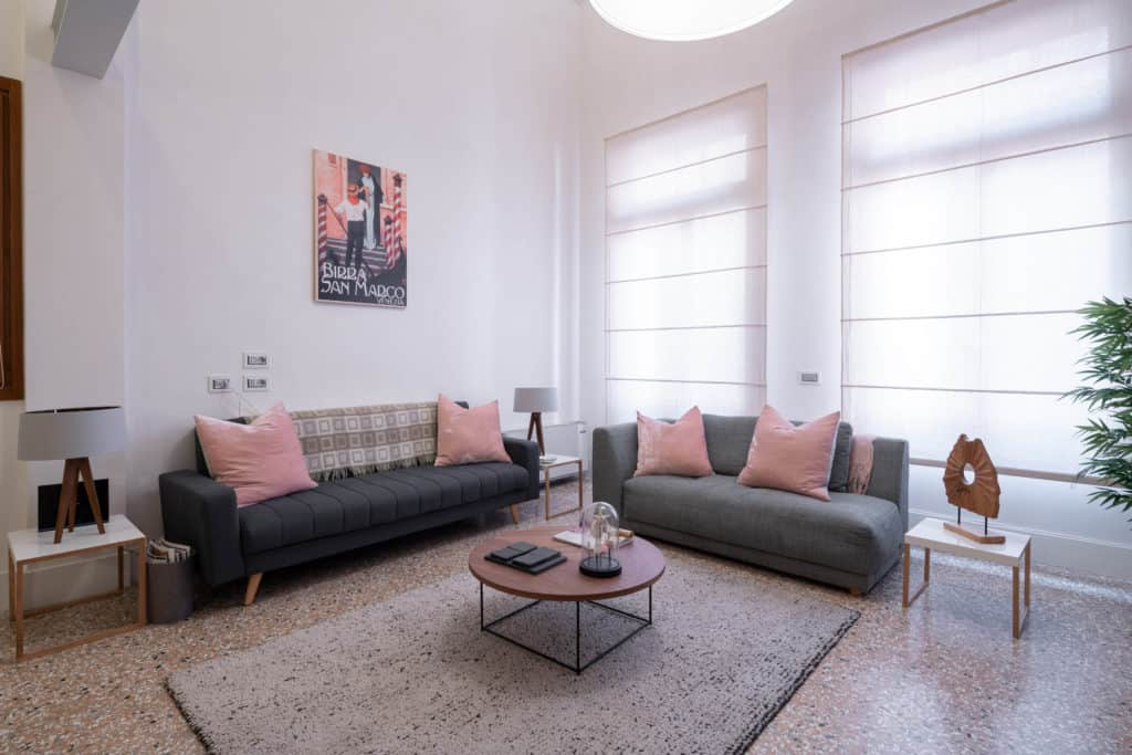 Left view of the luminous living room with modern furnishing - Palazzo Molin Massari Apartment