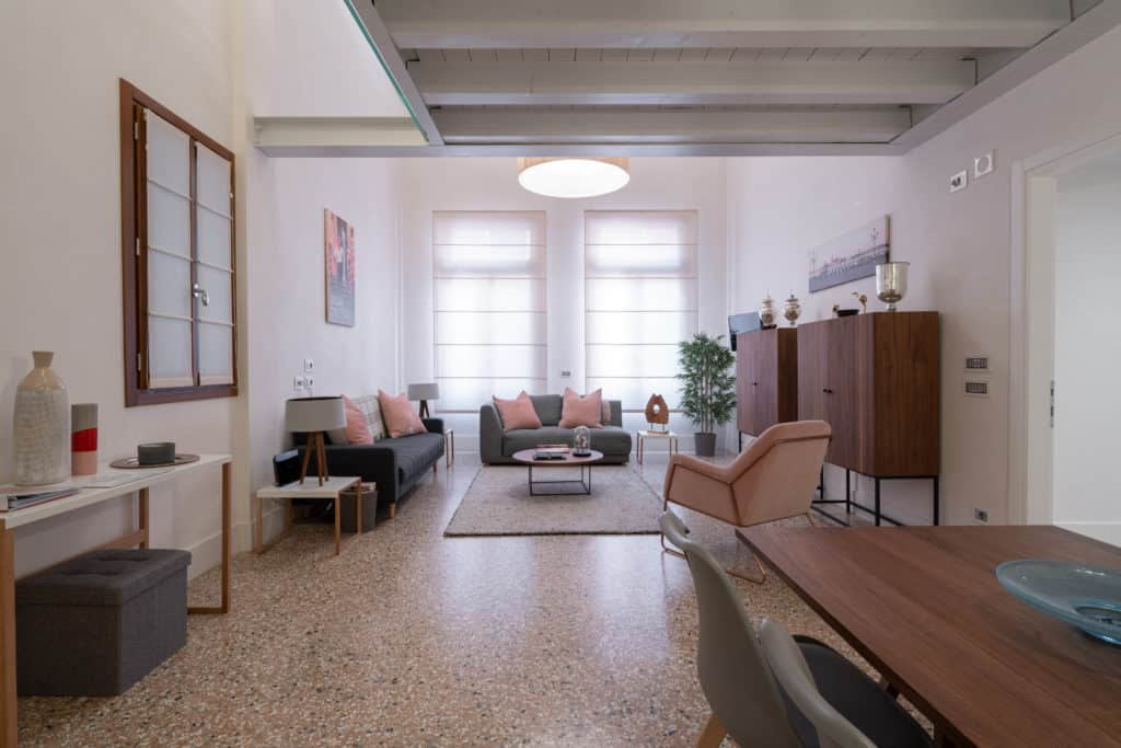 Large living room with modern furnishing - Palazzo Molin Massari Apartment