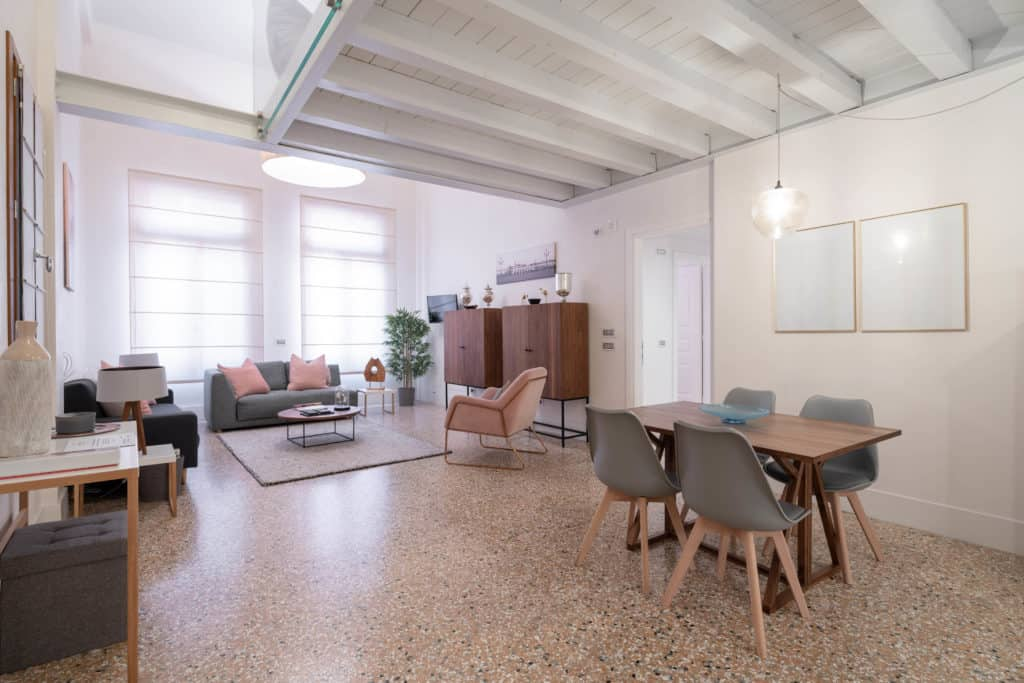 RIght view of the large living room with modern furnishing - Palazzo Molin Massari Apartment