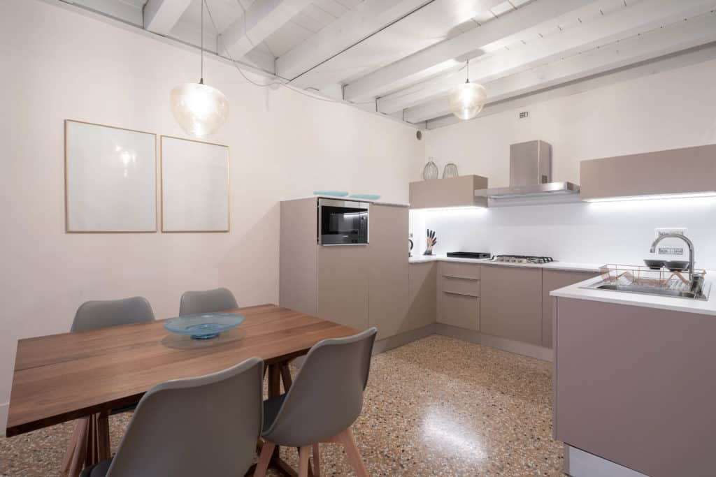 Left view of the large open air kitchen and dining area with modern furnishing - Palazzo Molin Massari Apartment