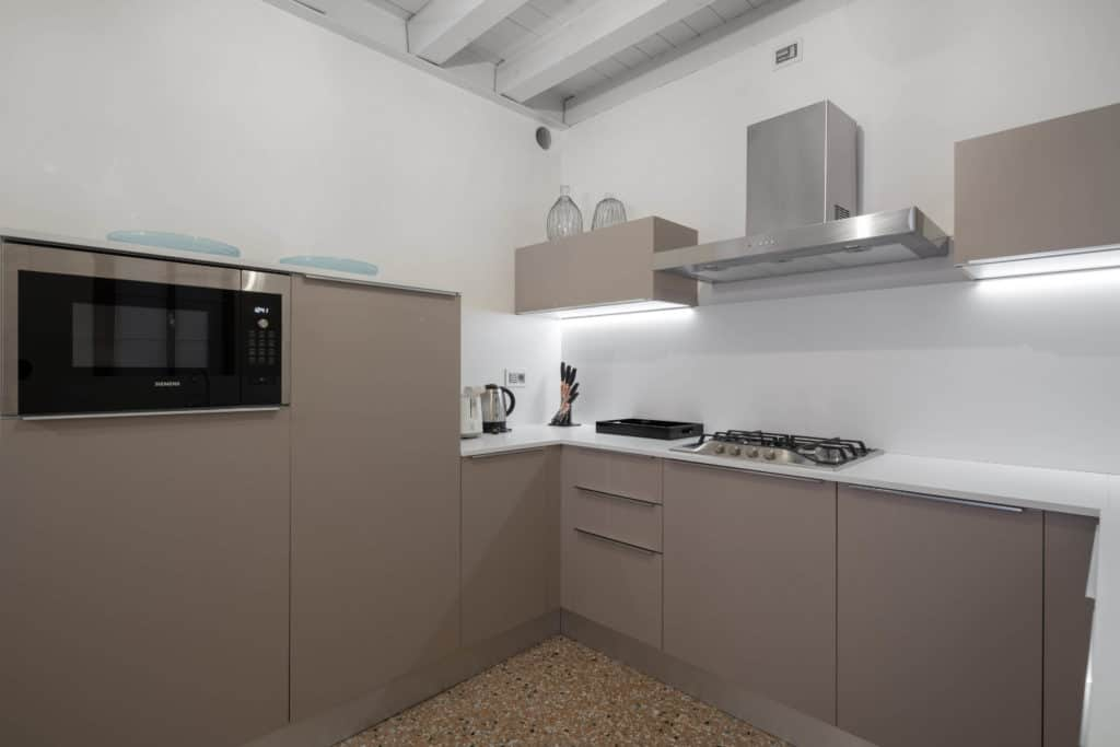 Left view fo the large contemporary kitchen - Palazzo Molin Massari Apartment