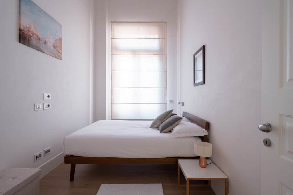 Left view of the luminous small master bedroom - Palazzo Molin Massari Apartment