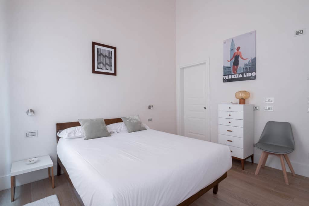 Right view of the large master bedroom with modern furnishing - Palazzo Molin Massari Apartment