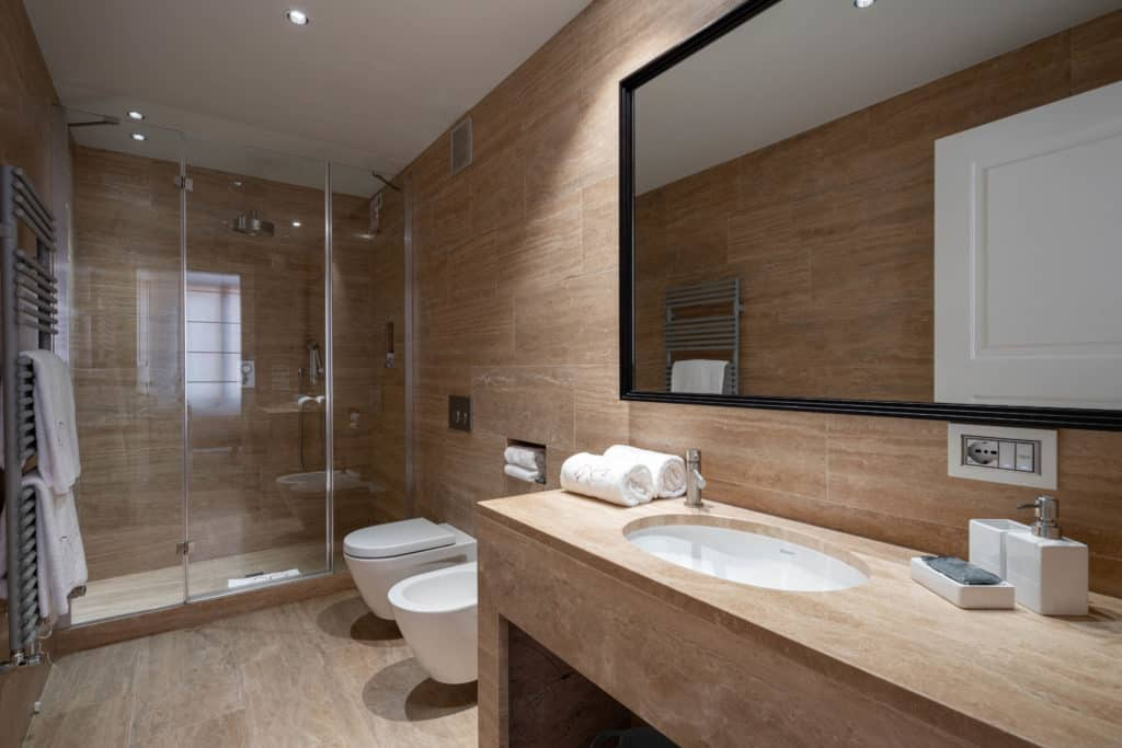 Right view of the contemporary large bathroom with large shower - Palazzo Molin Massari Apartment