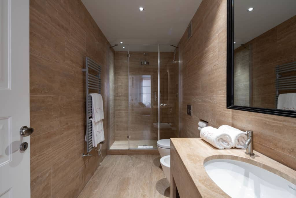 Contemporary large bathroom with large shower - Palazzo Molin Massari Apartment