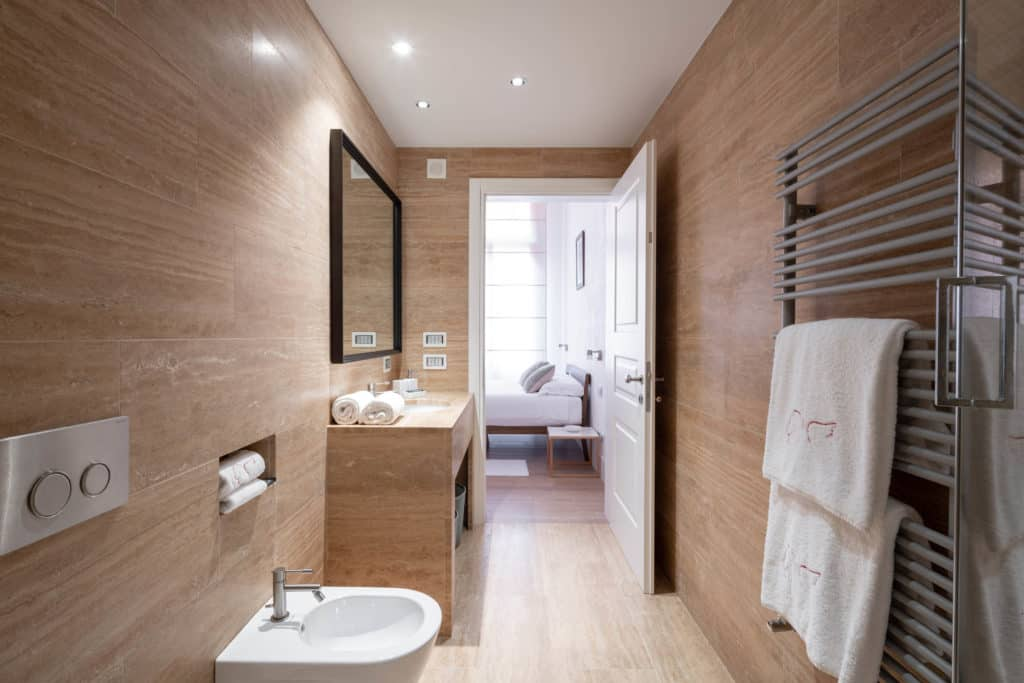 Entrance of the large bathroom with large shower - Palazzo Molin Massari Apartment