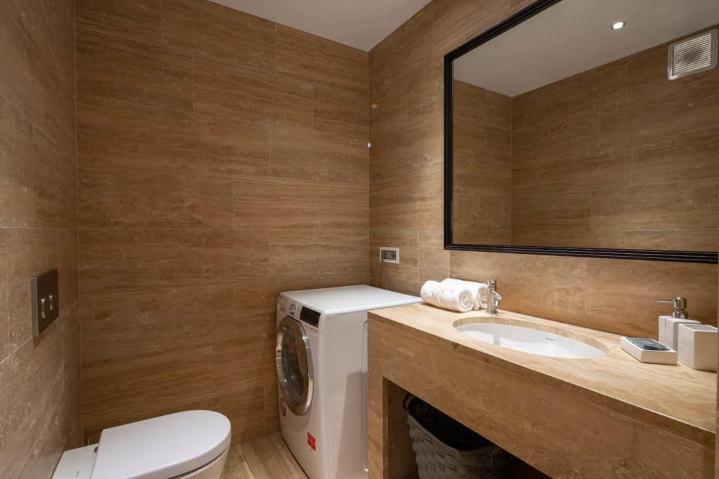 Contemporary small bathroom with washing machine - Palazzo Molin Massari Apartment