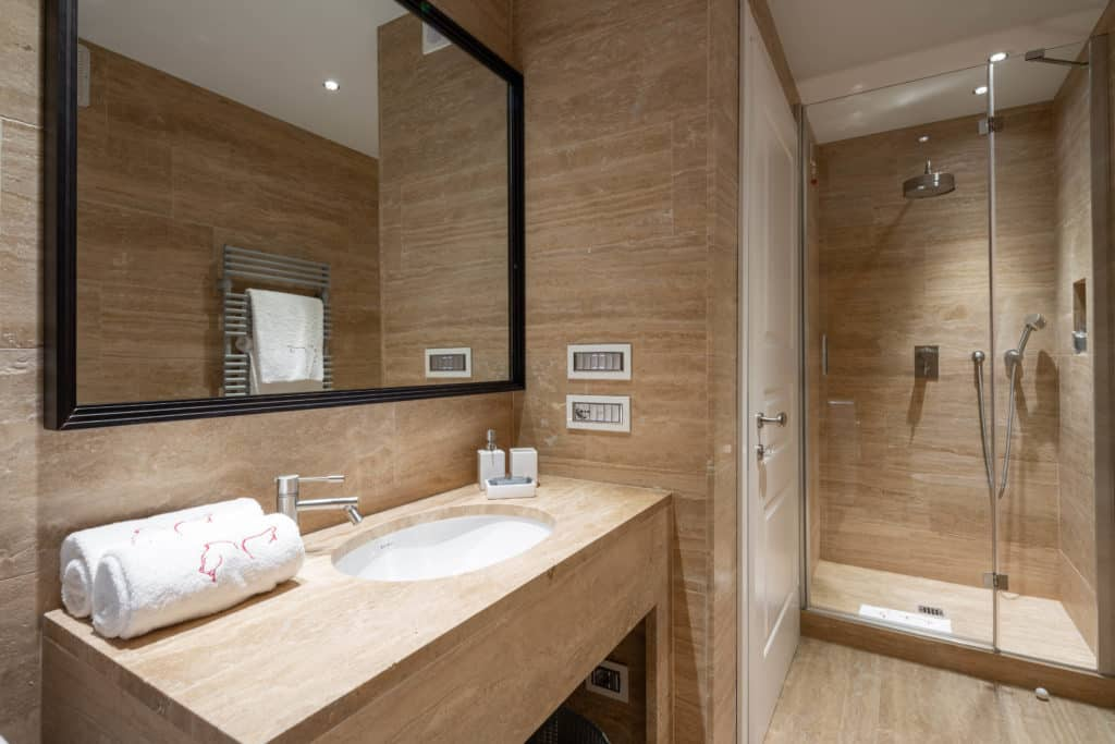 Right view of the contemporary small bathroom with shower - Palazzo Molin Massari Apartment
