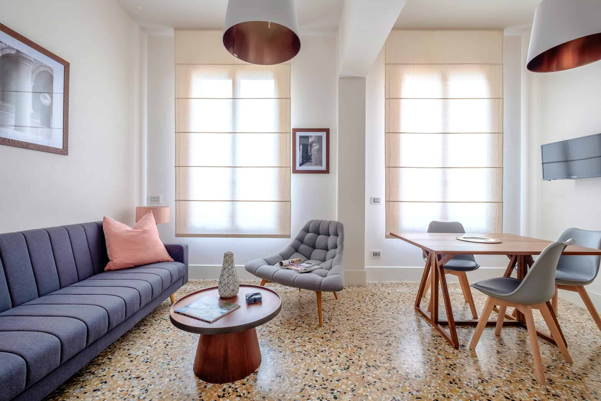 Luminous living room with large sofa and dining table - Palazzo Molin Tiziano Apartment