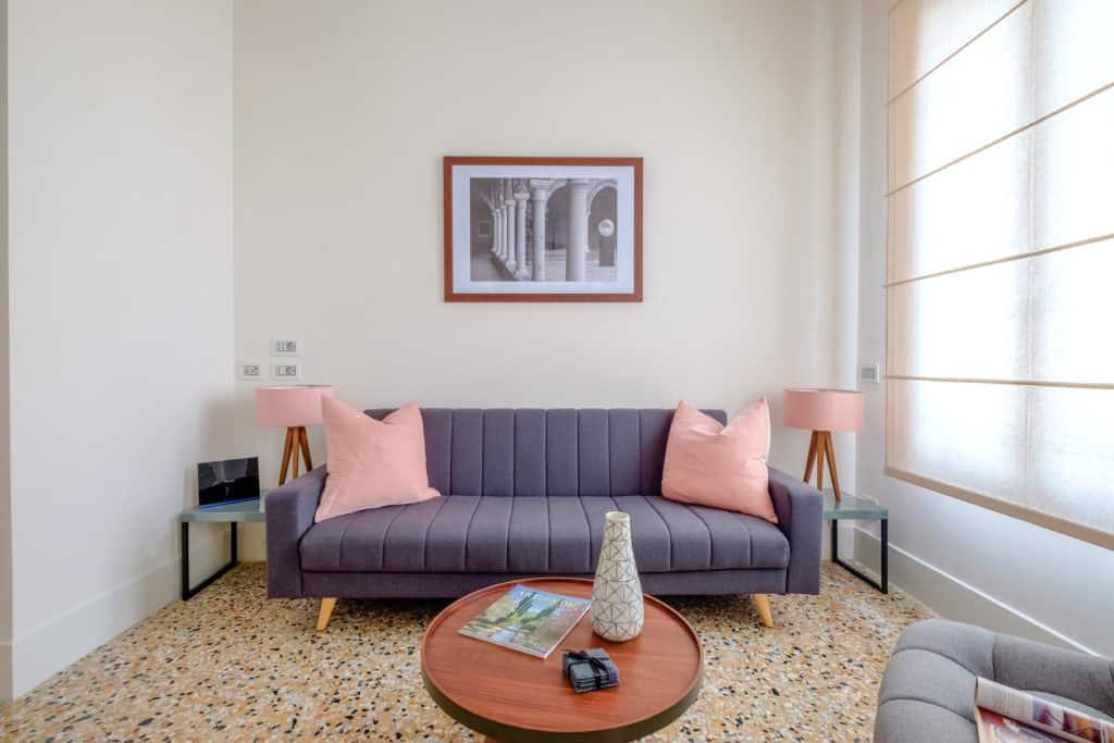 Modern sofa in the living room - Palazzo Molin Tiziano Apartment