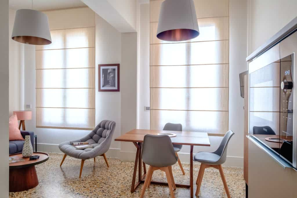 Small dining table and modern furnishing - Palazzo Molin Tiziano Apartment