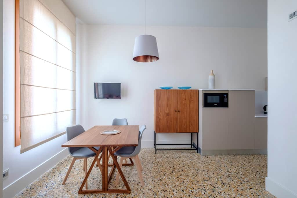 Right view of the small dining table and modern furnishing - Palazzo Molin Tiziano Apartment