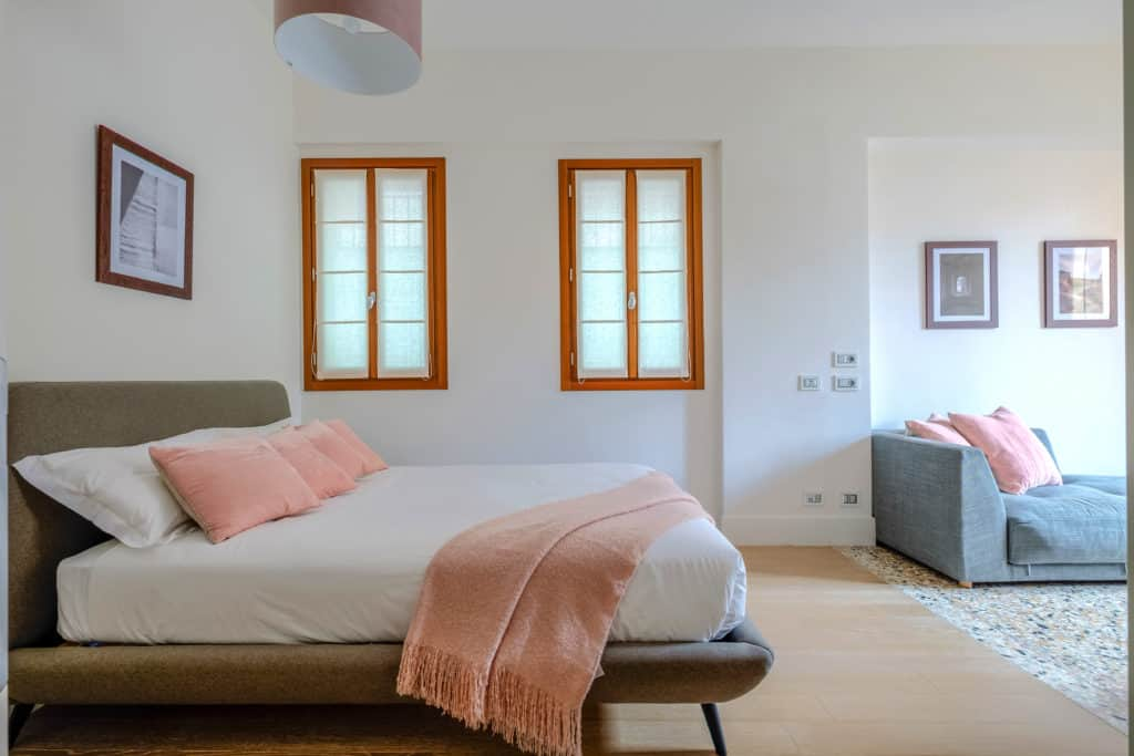 Large master bedroom with sofa - Palazzo Molin Tiziano Apartment